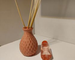 Reed diffuser Aroma set beautiful ceramic pot with 8 read sticks and 100ml rose oil